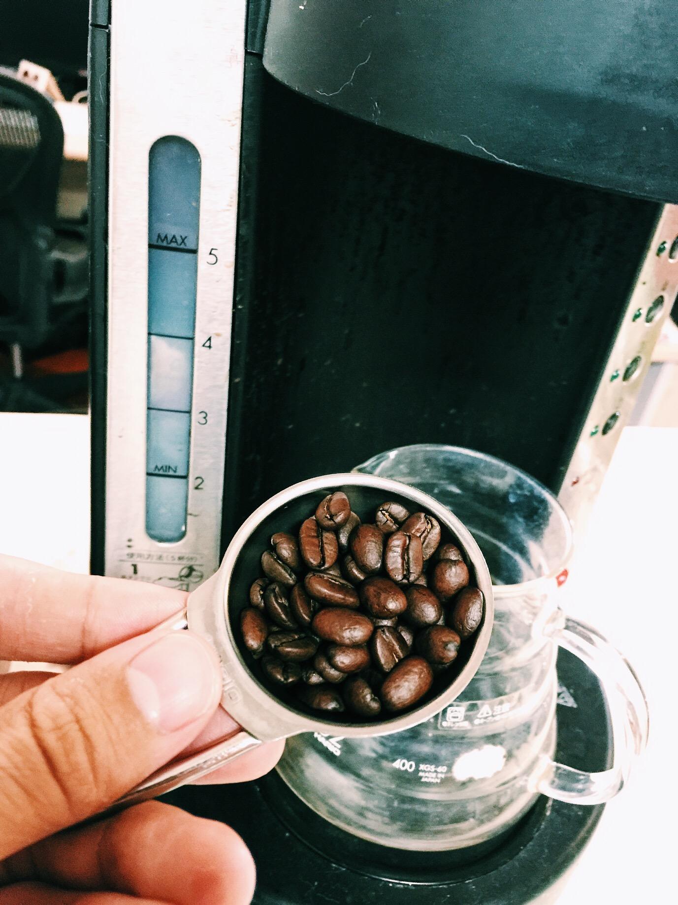 コーヒー豆を挽く