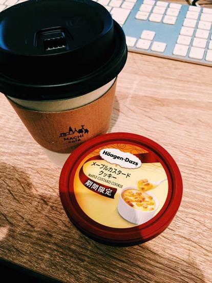 """ハーゲンダッツの新作""""メープルカスタードクッキー""""と、コーヒー"""