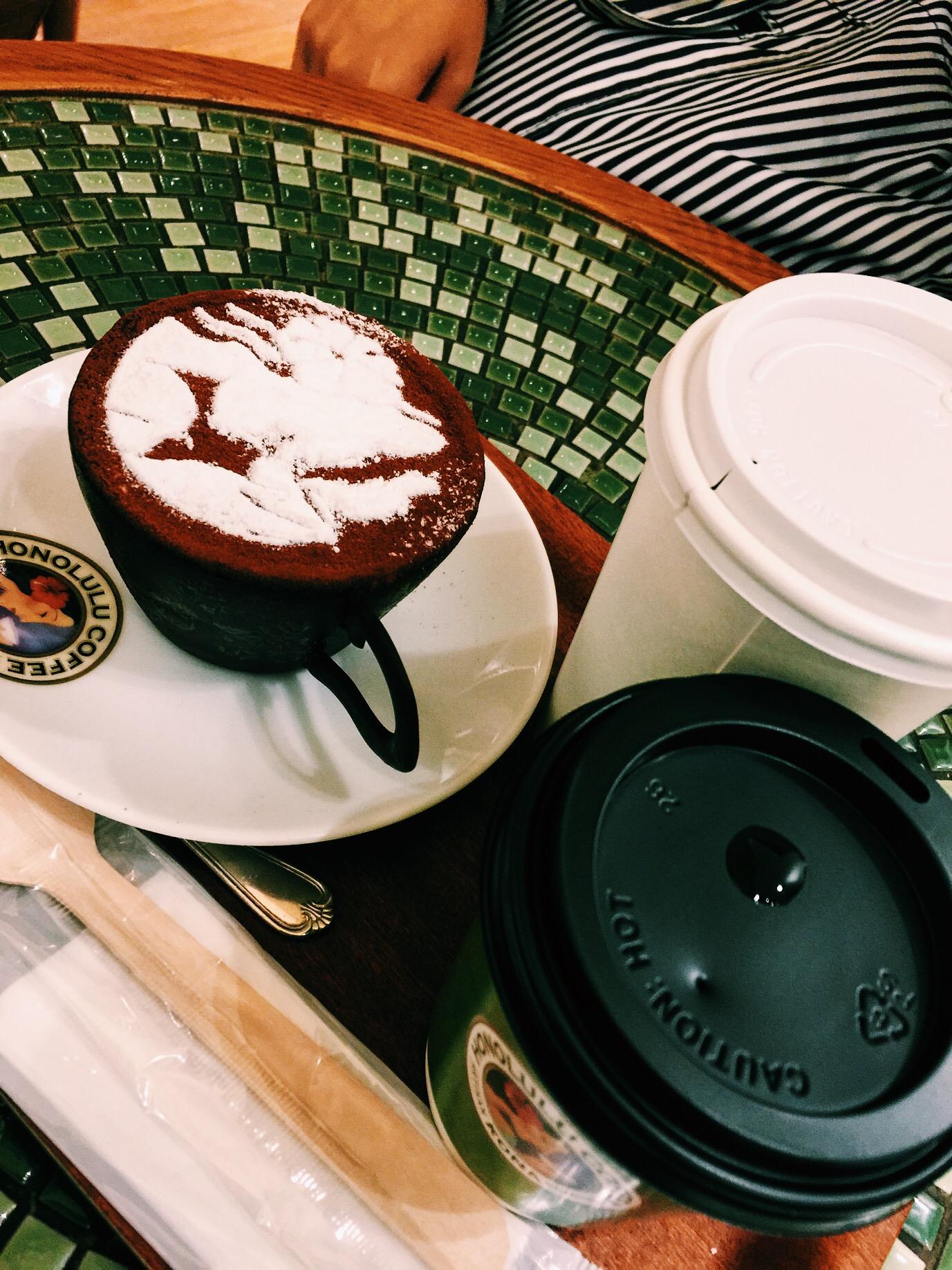 ホノルルコーヒーの、マカダミアナッツフレーバーコーヒーと、コーヒーカップティラミス